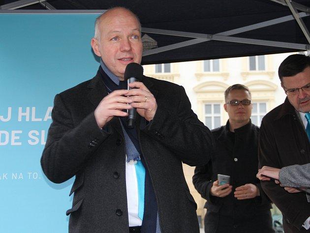 Pavel Fischer promluvil k voličům na Horním náměstí v Olomouci