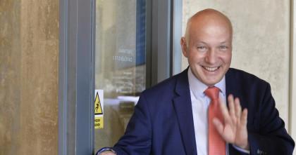 Pavel Fischer pro Český rozhlas: Prezident by se měl vrátit na hrací hřiště, teď je v ofsajdu