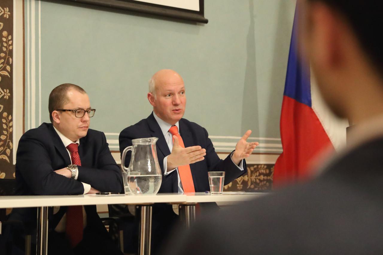 Pavel Fischer na konferenci o ochraně před zahraničními investicemi v Americkém centru