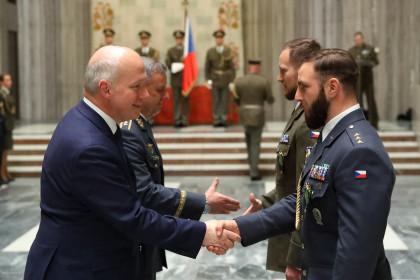 Pavel Fischer přivítal vojáky z mise v Afghánistánu, Iráku, Itálii, Kosovu a Kongu