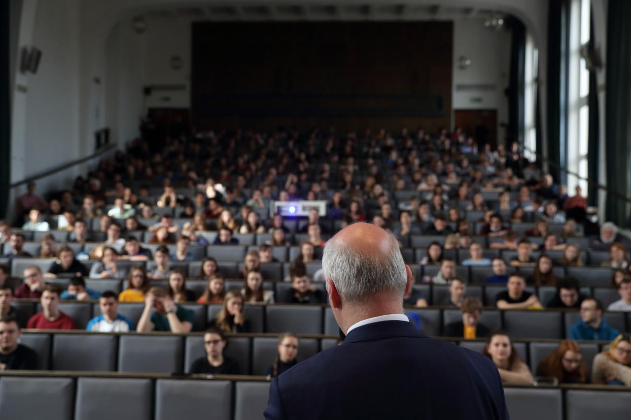Pavel Fischer na návštěvě brněnského gymnázia (beseda)