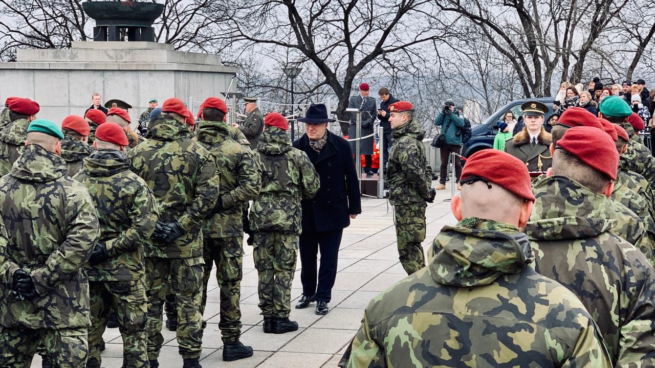 Pavel Fischer dekoroval vojákyně a vojáky, kteří se vrátili z mise v Litvě