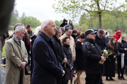 Pavel Fischer navštívil památník romského holokaustu v Letech u Písku