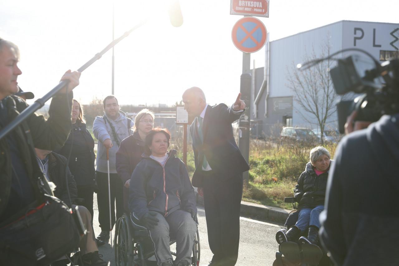 Zrušení autobusu pro vozíčkáře v Praze je skandál