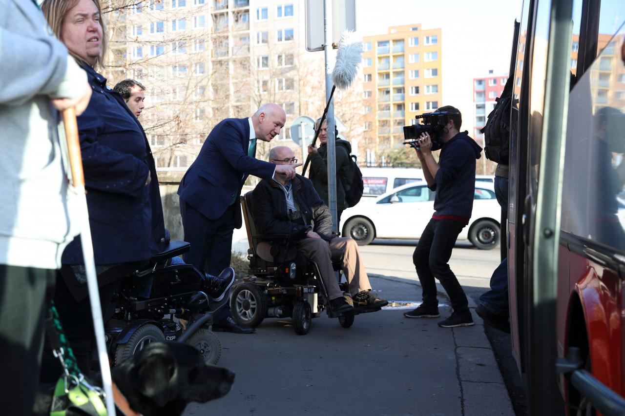 Pavel Fischer: Zrušení autobusu pro vozíčkáře je skandál, magistrát by se měl probudit